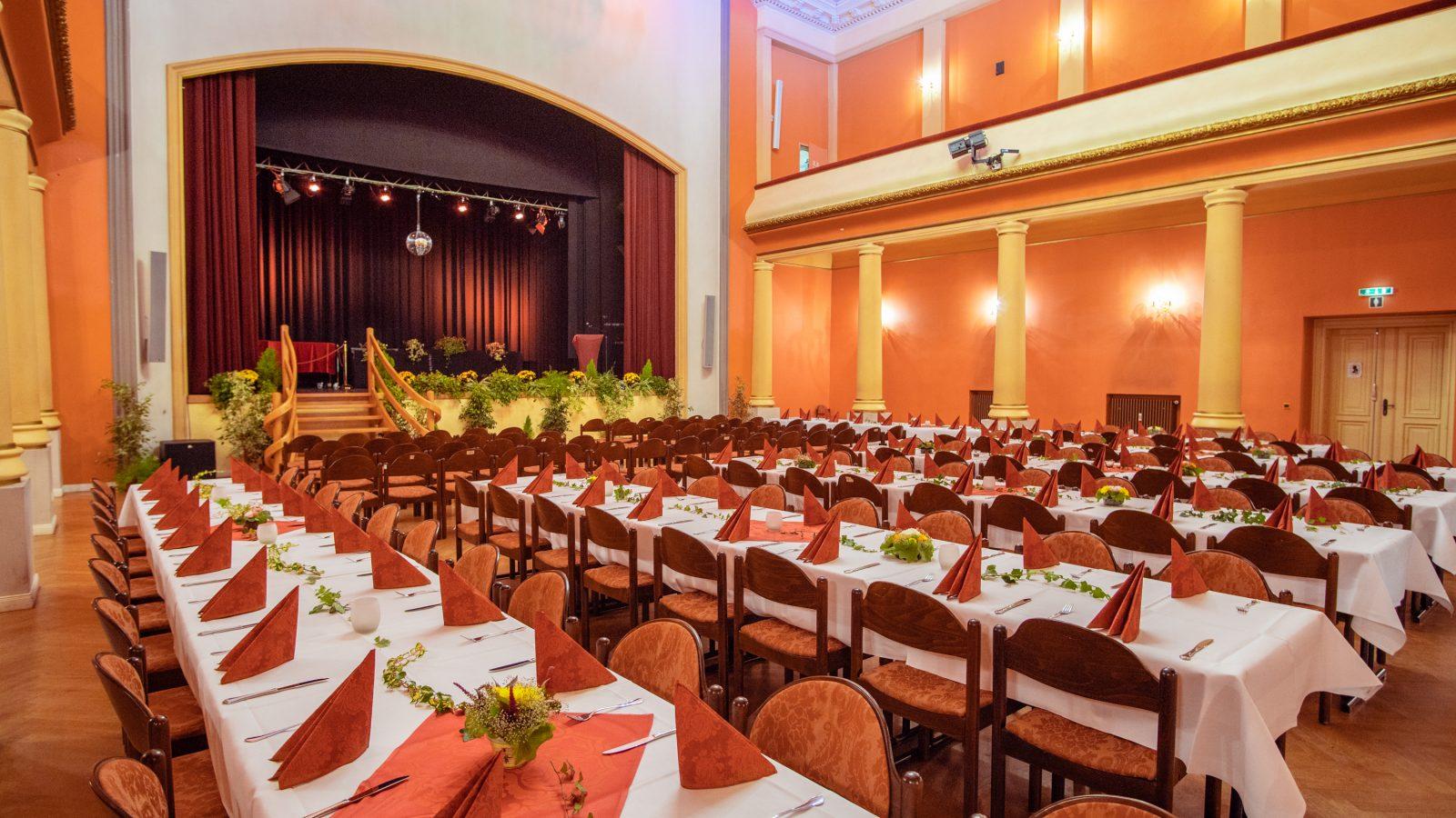 Großer Saal bei einer Abschlussfeier einer Schule